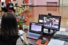 老師與家長以網上形式交流