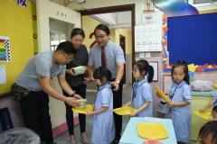 家長義工協助小一午膳1_學生有秩序地從家長義工手中接過午餐