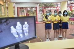 學生使用熱成像體溫測試儀-scaled
