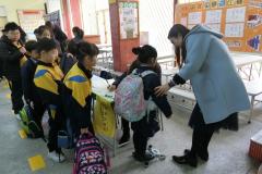 同學們有秩序地排隊等待量度書包的重量