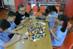 家長和學生投入地拼砌LEGO